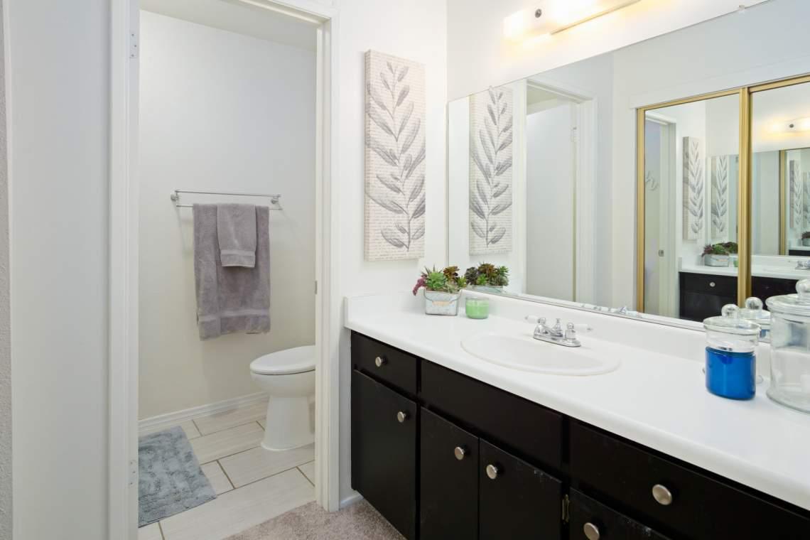 15 Master bathroom _900 Greenwich